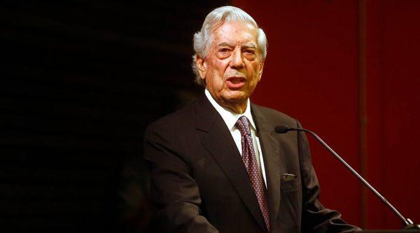 Hay iguales que son más iguales que los otros: Vargas Llosa en Santiago